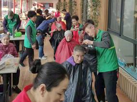 思齐美发学校走进老人院,为老人们进行剪发服务!