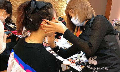 学化妆是去学校好还是店里好
